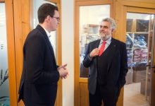Sachsen-Anhalts Wirtschaftsminister Prof. Dr. Armin Willingmann im Gespräch mit Relenda-Gründer Hendrik Scheuschner (l.).
